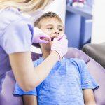¿Cuándo se deben colocar implantes dentales en niños?